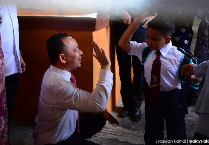 Maszlee – behind the black shoes